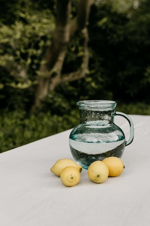 tafelkleed licht geweven katoen oatmeal_citroenen en waterkan