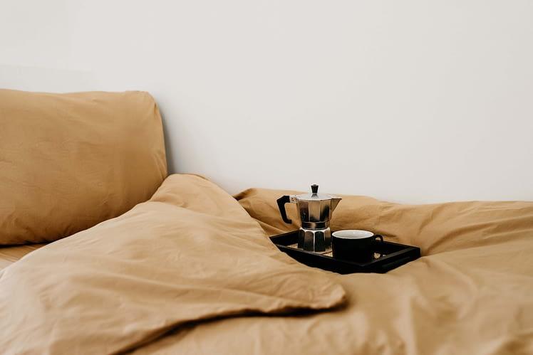 Dekbedset katoen dusty camel_koffie op bed