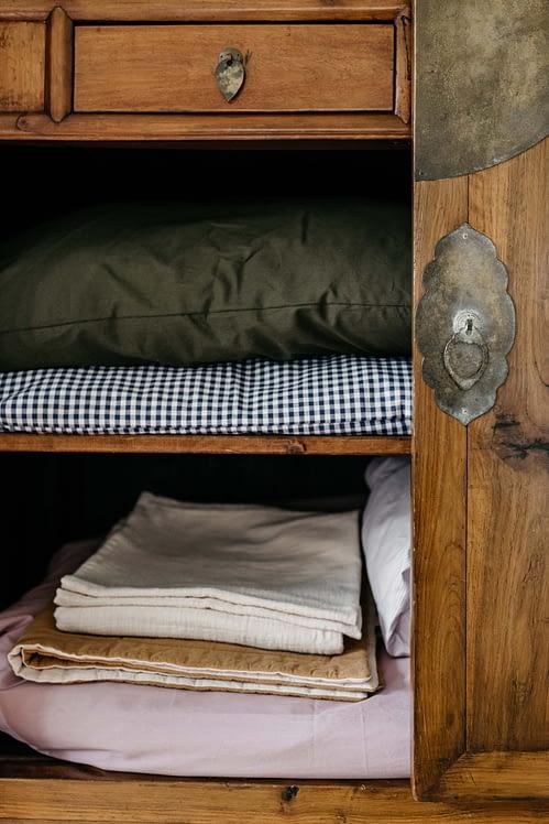 Setjes beddengoed in linnenkast_details