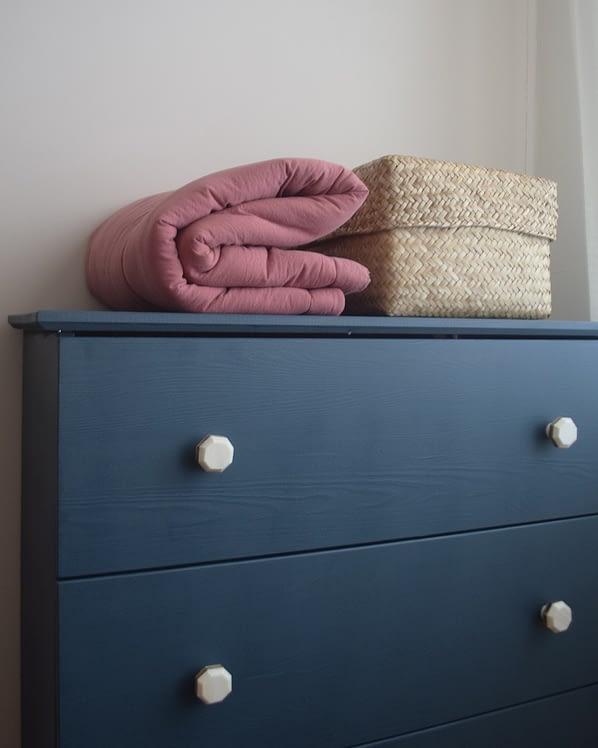 blauw kastje_roze deken
